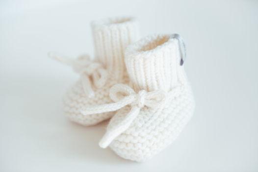 Вязаные пинетки для новорожденных молочного цвета  из  100% мериноса ручной работы