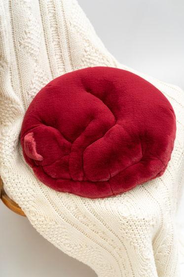 круглая малиновая подушка-кот ручной работы из эко-меха