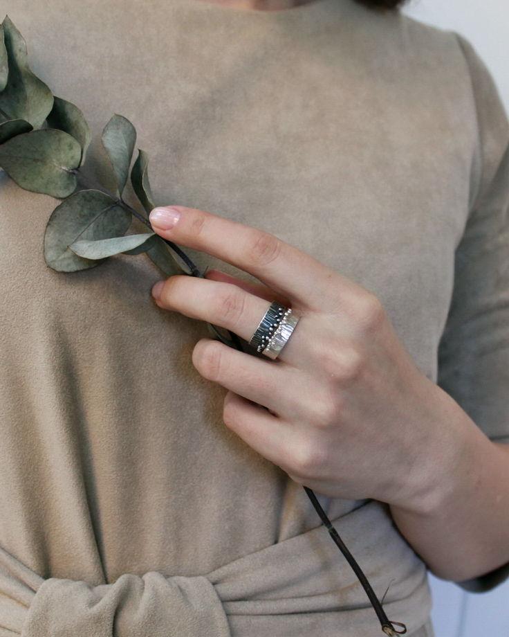 Кольцо Кора из серебра с шариками и фактурой