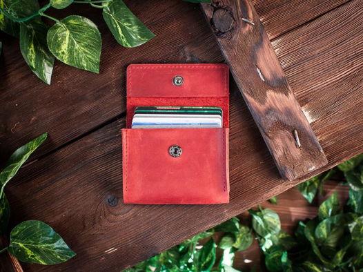 Кредитница из натуральной кожи для карт и визиток -COFFER- ручной работы цвет Красный