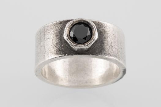 Серебряное кольцо с чёрным фианитом
