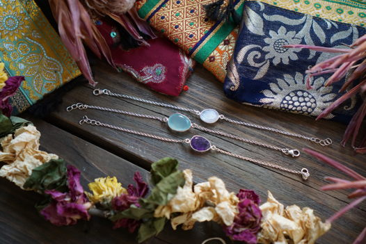Серебряные браслеты с лунным камнем, аметистом и халцедоном