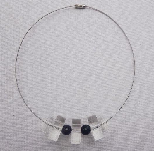 Колье из прозрачного оргстекла с бусинами из натуральных камней