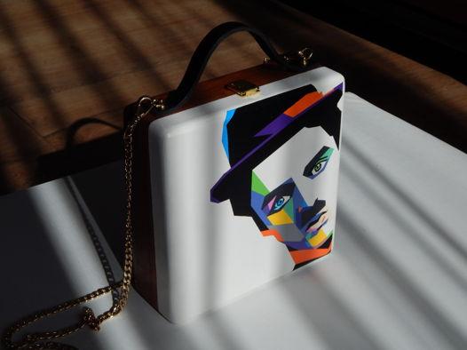 """Женская сумка-кроссбоди из дерева с ручной росписью """"Чарли Чаплин. Поп-арт"""", белая"""