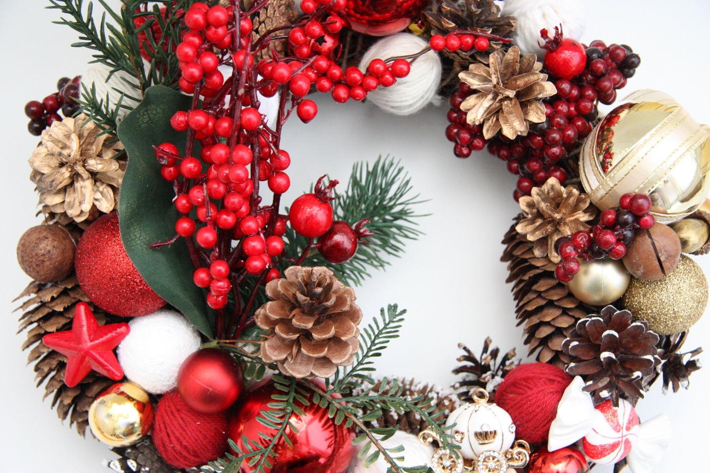 Рождественский венок из искусственной хвои в красной гамме с ягодами