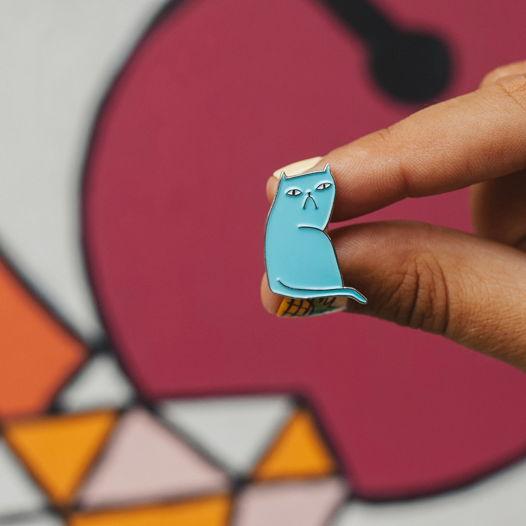 Металлический значок «кот» голубой