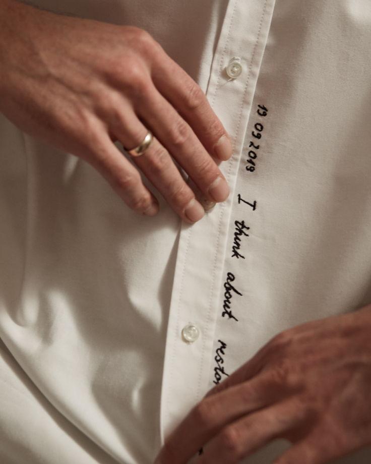 Белая рубашка с вышивкой спереди