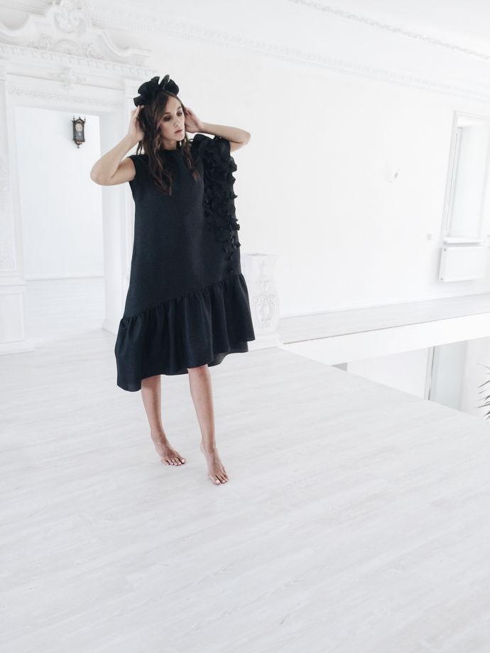 Графитовое платье с воланом по низу.