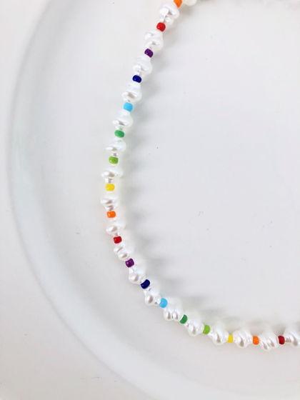 Чокер с белыми бусинами и разноцветным бисером ручной работы