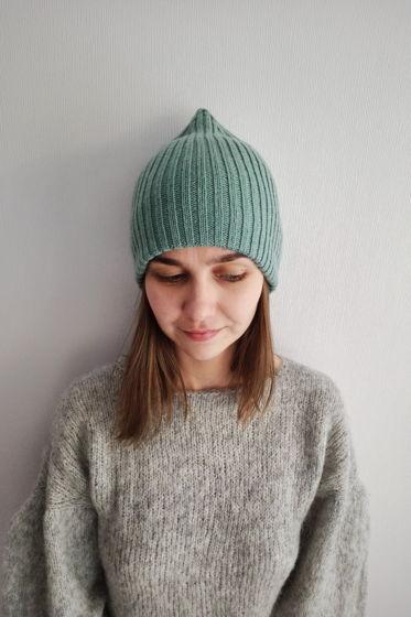 Мятная двухслойная шапка ручной работы