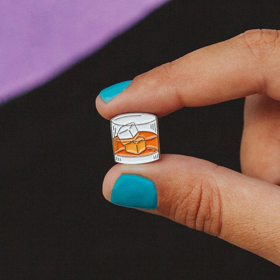 Металлический значок «бокал виски»