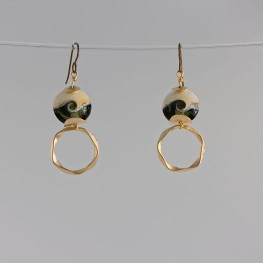 Серьги-крючки с бусинами лэмпворк серого оттенка, ниобий, матовое золото