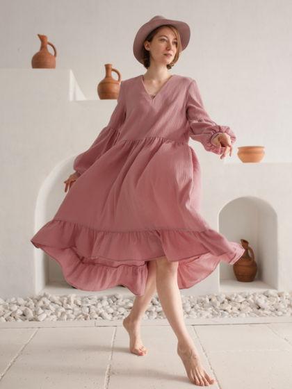 Розовое платье с длинным рукавом.
