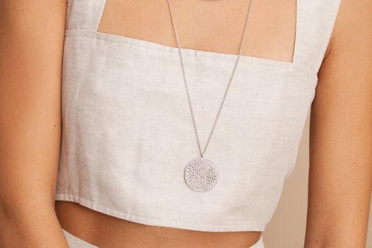 MIMBRE Длинное колье на цепочке с большим плетеным кулоном