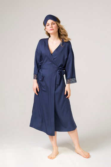Синий халат из итальянского смесового шелка -макси. Отделан французским  синим кружевом .
