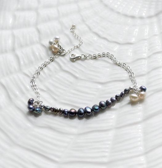 Серебряный браслет-цепочка с черным жемчугом и подвесками