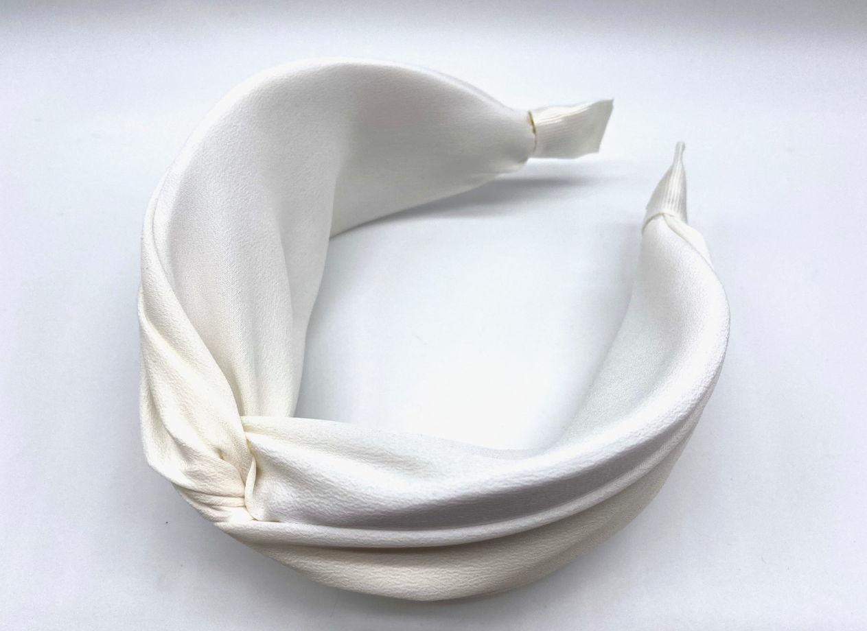 Ободок из 100% натурального шёлка крепдешина в белом цвете.