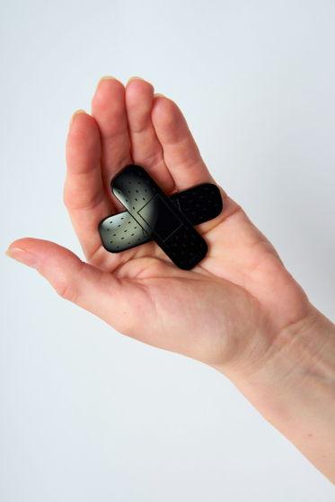 чёрная брошь с гравировкой Пластырь