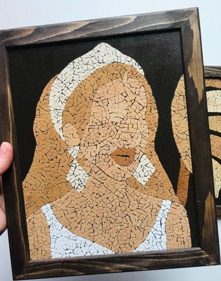 Картина 19*24 см из комплекта «Девушка и лист монстеры» ручной работы из яичной скорлупы натуральных оттенков