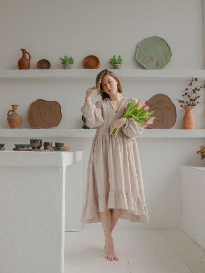 Бежевое платье с длинным рукавом из органического хлопка.