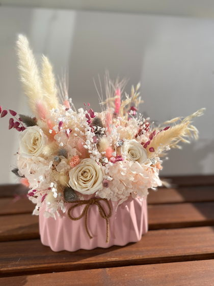 Цветочная композция в розовом кашпо