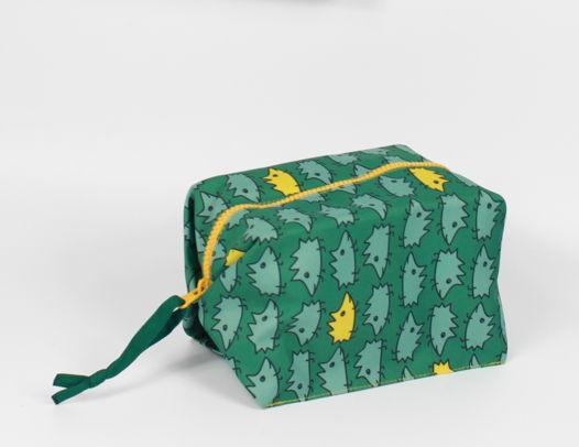 Складная и вместительная косметичка FishCard с картинкой на счастье: ежики зеленые