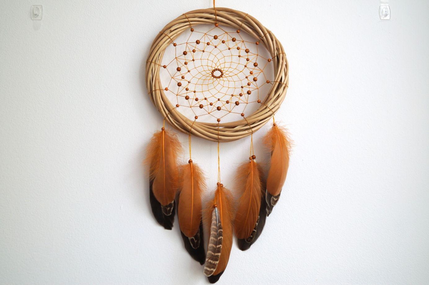 Ловец снов на ивовой основе с перьями фазана и гуся
