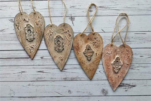 Фактурные деревянные сердечки в песочных тонах