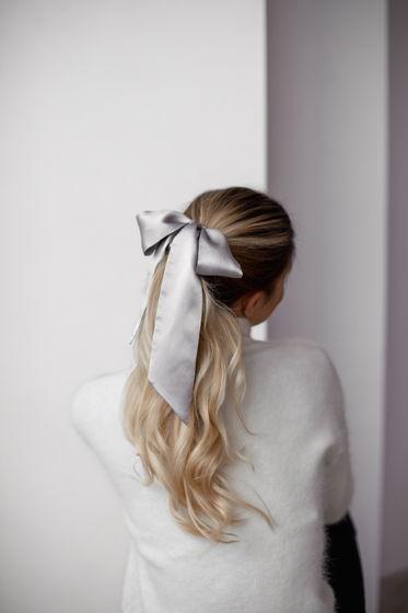 Резинка для волос из натурального шелка с бантом серебристая