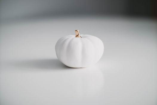Белая фарфоровая тыква с золотым черешком Helga