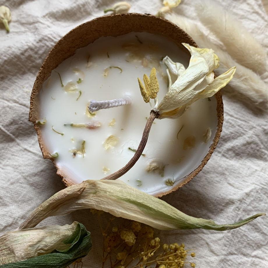 Соевая свеча с эфирным маслом жасмина в чашечке из авокадо