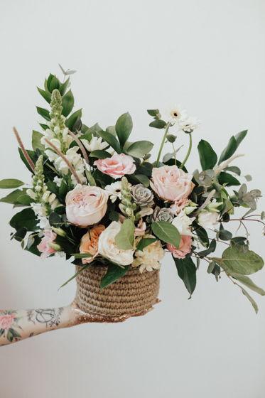 Композиция из живых цветов в джутовой корзинке М