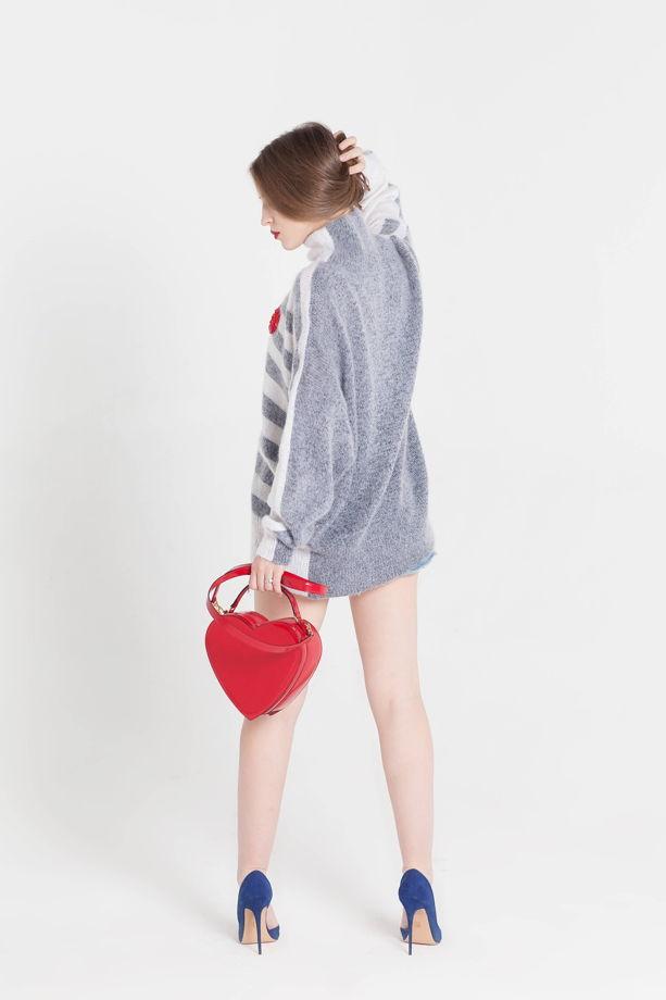 Полосатый свитер с горлом и вышитым сердцем