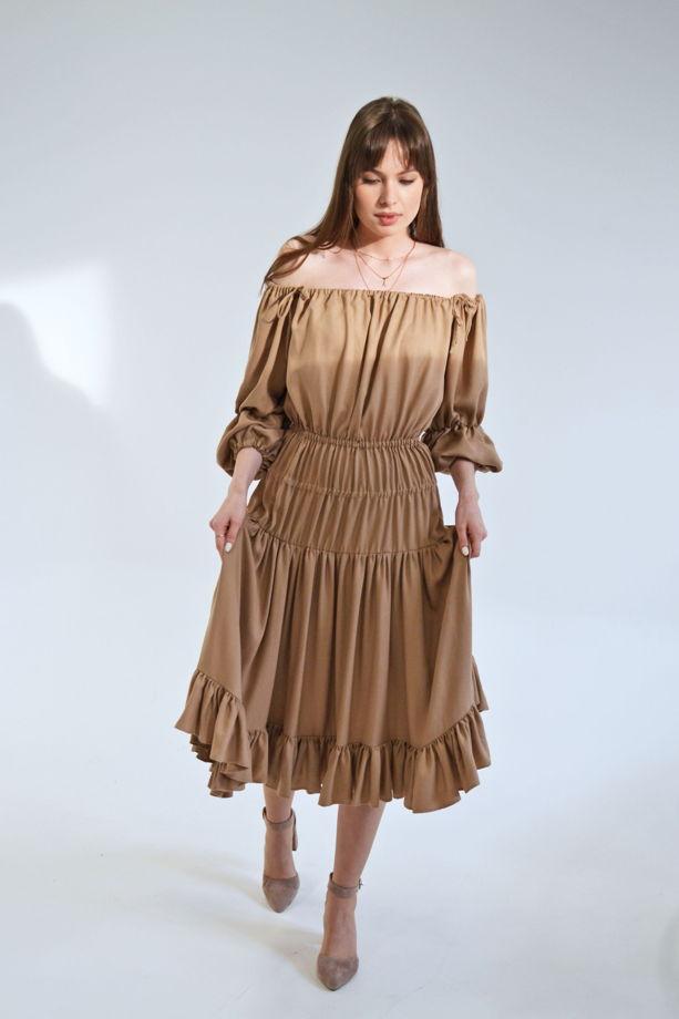 Многоярусное платье песочного цвета