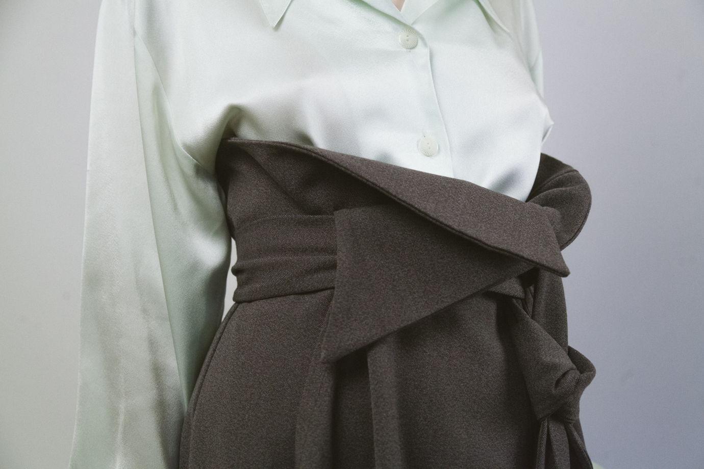 Серая юбка-каскад с запахом и асимметричным поясом