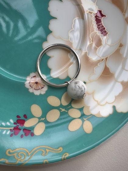 Кольцо Handy Candy с подвесной бусиной из кахолонга
