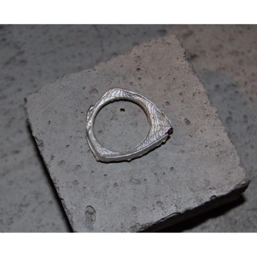 Мистическое треугольное кольцо с вплавленными камнями