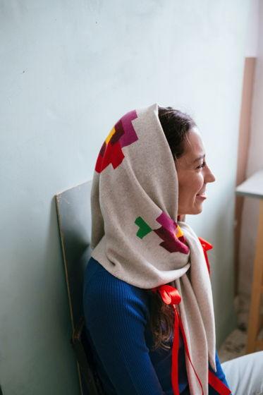 Вязаная косынка с цветами из мериноса с вискозой бежевая
