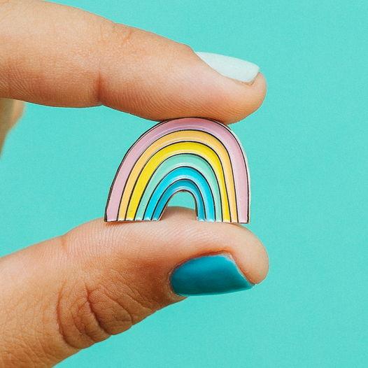 Металлический значок «радуга»