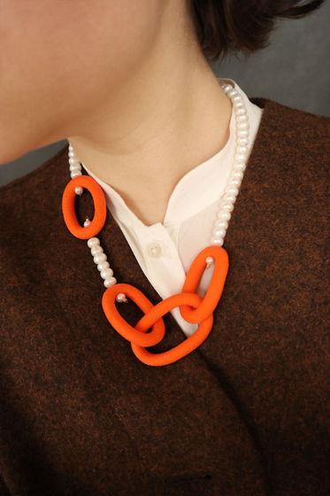 Колье-цепь с жемчугом оранжевого цвета