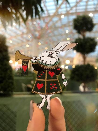 """Деревянная брошь """"Кролик из Алисы в Стране Чудес"""""""