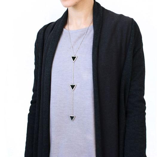 Кулон из трех черных треугольных элементов