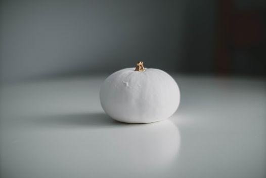 Белая очень большая фарфоровая тыква с золотым черешком Brigitte