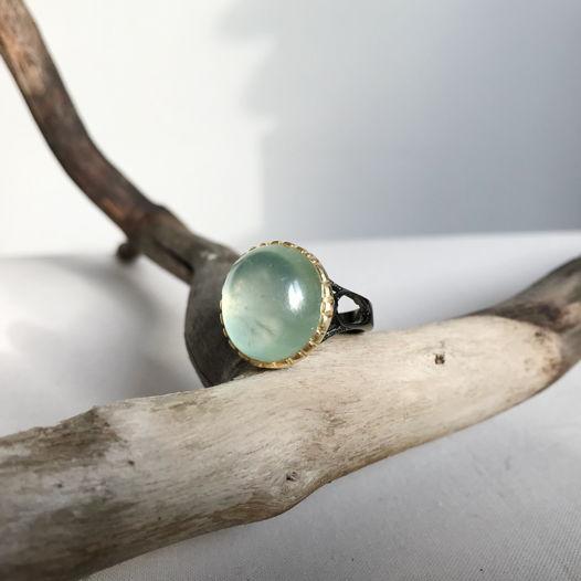 Серебряное кольцо с пренитом и позолотой