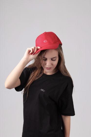 Красная кепка с вышивкой YES