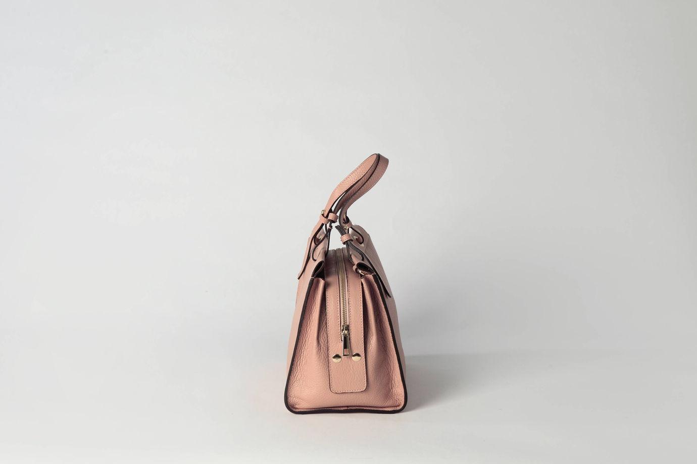 Женская кожаная сумка цвета фламинго |  на подкладке и молнии