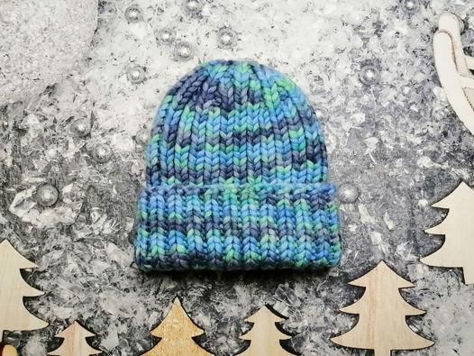 Зимняя вязаная шапка крупной вязки из толстой пряжи