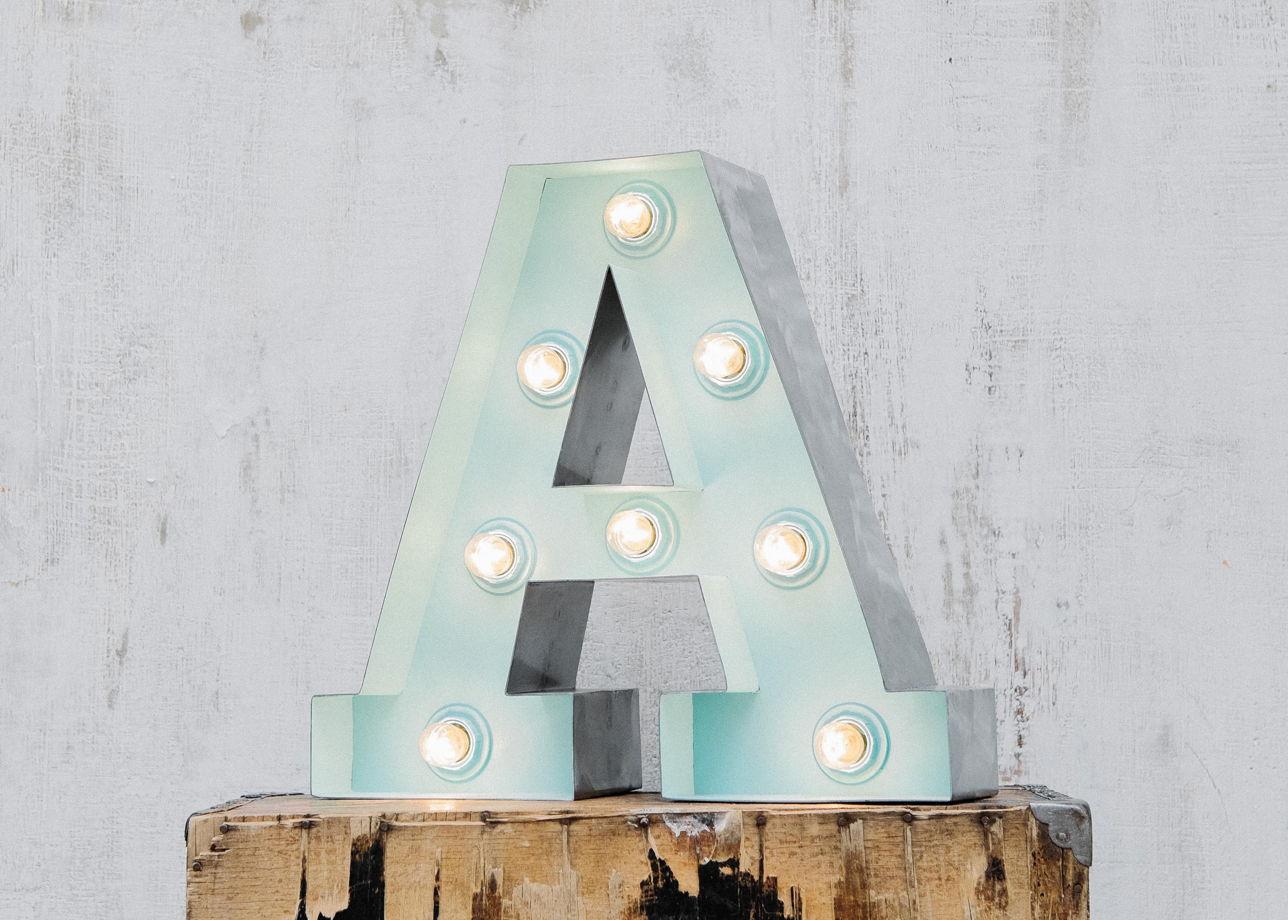 Стальные буквы с лампочками