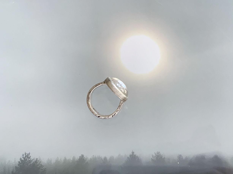 Кольцо из серебра с горным хрусталем и надписью на латыни