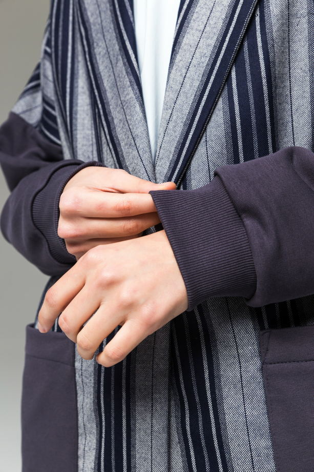 Синий брючный костюм оверсайз в голубую полоску из хлопка и шерсти.